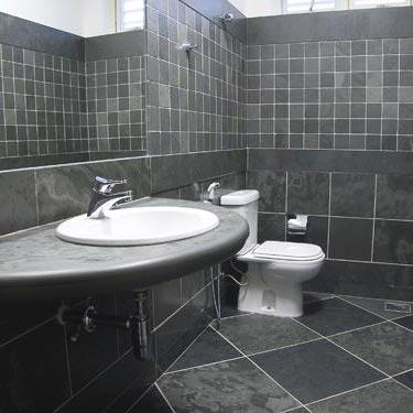 banheiro-com-piso-revestimento-e-bancada-em-ardosia